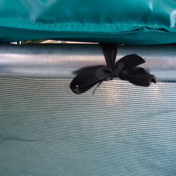 Attache de la jupe à l'armature du trampoline