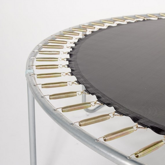 Cadre du trampoline avec les ressorts et la toile de saut