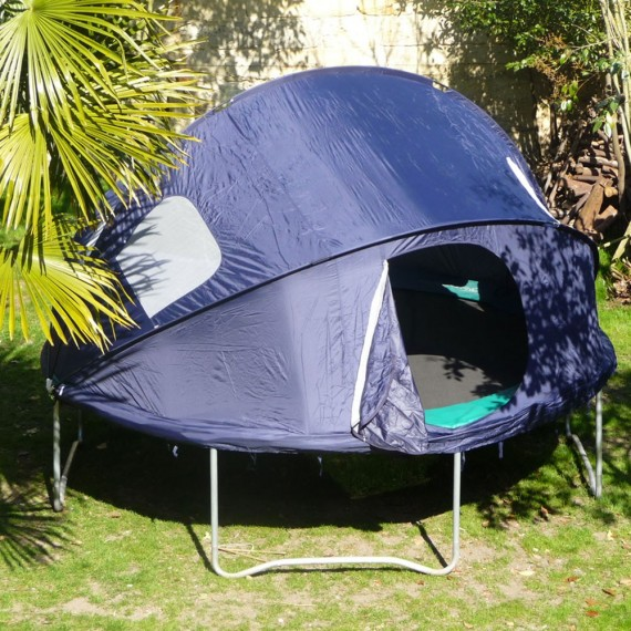Vue de dehors de la tente pour trampoline