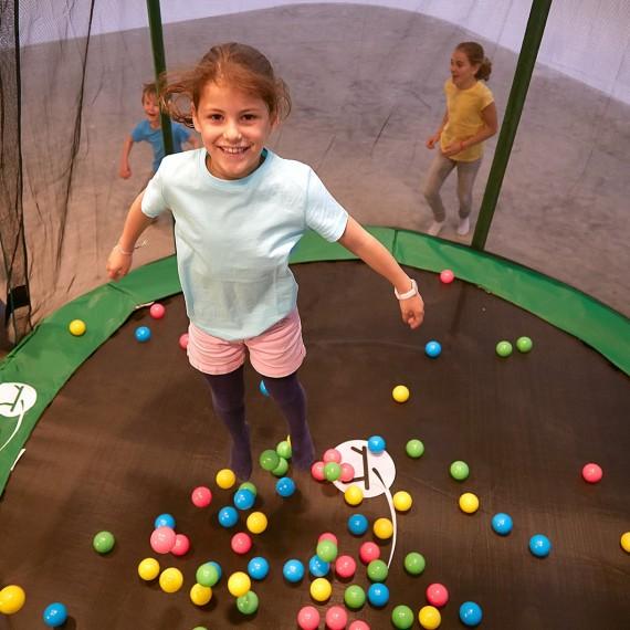 Balles multicolores sur trampoline