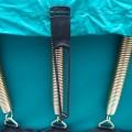 Fixation de la housse sous le trampoline