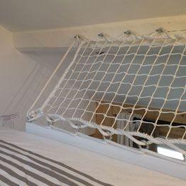 Guardrail net for mezzanine bed